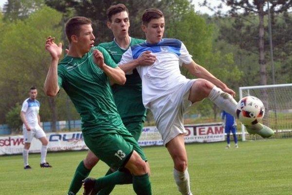 Marek Lanko (v bielom) strelil kontaktný gól do siete Svätého Jura.