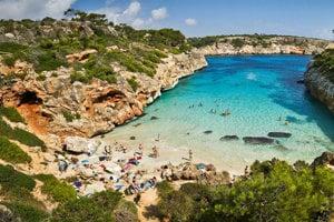 Turistickou atrakciou Malorky sú jej pláže a tyrkysové more.
