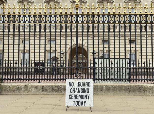 Pred Buckinghamským palácom zrušili výmenu stráží.