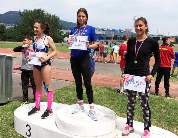 Najlepšia trojica žiačok v šprinte na 60 metrov - zľava Kelemenová, Holešová a Miklová.