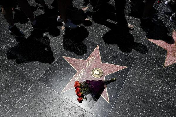 Hviezda Rogera Moorea na Hollywoodskom chodníku slávy.