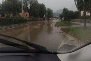 Veľký Šariš zostal uzavretý. Spôsobili to voda a bahno na hlavnej ceste.