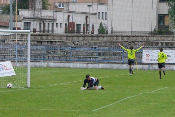 Filip Balaj (č. 8) zvyšoval na 0:2 a o dve minúty pridal tretí gól Róbert Valenta (č. 9).