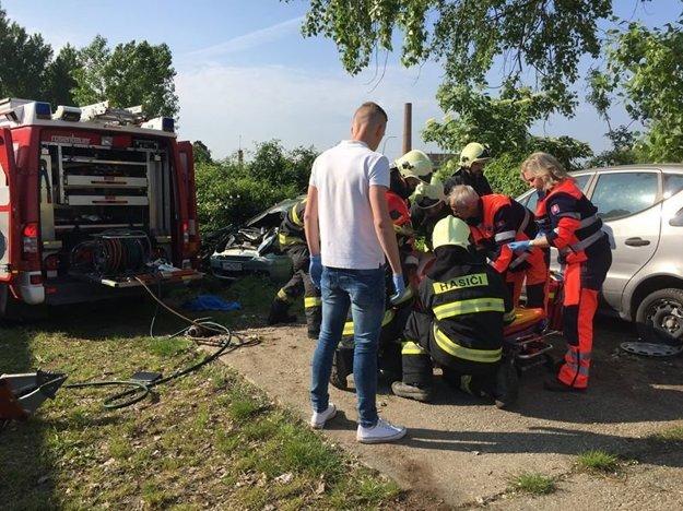 Zraneného muža, ktorému poskytli prvú pomoc, odovzdali Jakub s Martinom do rúk profesionálov.