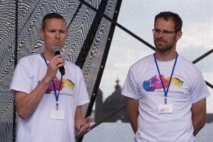 Matej Tóth (vľavo) nedávno vystúpil aj spolu s Michalom Handzušom počas verejnej diskusie Otvorene o extrémizme v Banskej Bystrici.