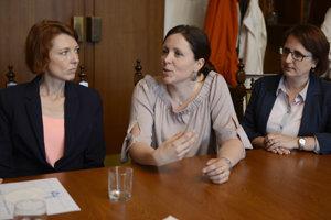 Na snímke zľava Lucia Skokanová (OZ Zelená Fončorda a poslankyňa MsZ Banská Bystrica), Hana Kasová (OZ Zelená Fončorda Banská Bystrica) a Silvia Žabková (pracovníčka pre komunitný rozvoj mesta Banská Bystrica).