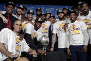 Hráči Clevelandu sa radujú s trofejou pre víťaza Východnej konferencie.