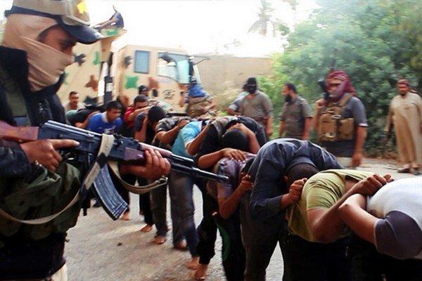 ISIS sa krutosťou netají. Zábery s unesenými vojakmi zverejňuje na internete.