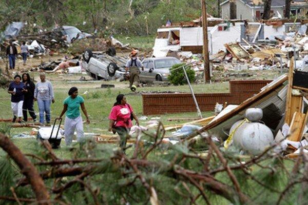 Obyvatelia zničených domov v Crawforde.