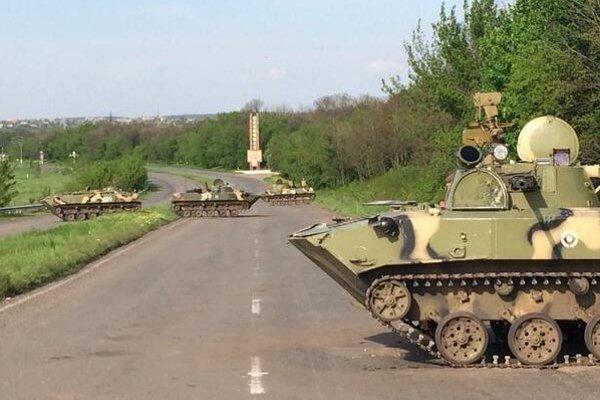 Ukrajinské obrnené vozidlá medzi Slovianskom a Kramatorskom.