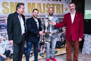 Zľava primátor Jozef Dvonč, Dušan Pangrác (zástupca sponzora), tréner Marek Kardoš a majiteľ klubu Martin Kraščenič.