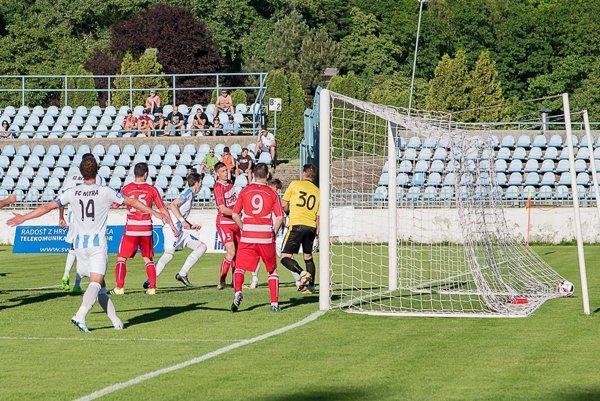 Na snímke je zachytený moment, kedy padol víťazný gól zápasu. (Foto: Miroslav Slávik)