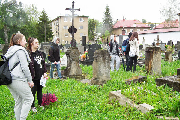 Žiaci hľadali odpovede aj na cintoríne.