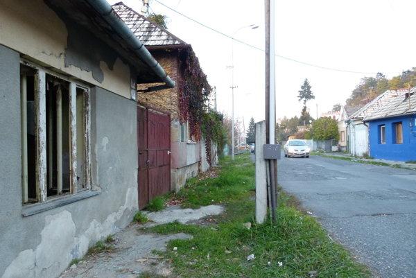 Jedna z komunít žije na Koháryho ulici.
