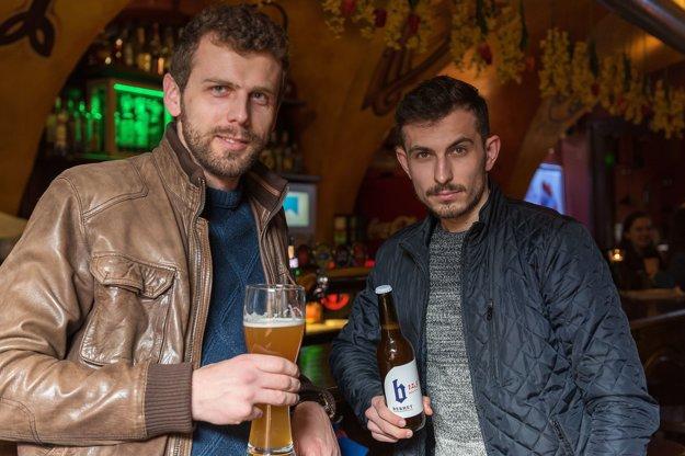 Za bardejovským pivom stoja dvaja nadšenci.