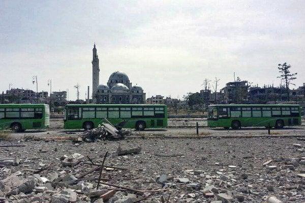 Zo zbombardovaného mesta odchádzali rebeli v zelených autobusoch.