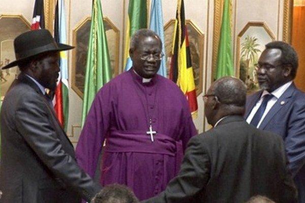 Spoločná modlitba prezidenta Salvu Kiira (vľavo) a veliteľ povstalcov Rieka Machara (vpravo).