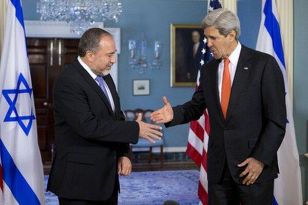 John Kerry (vpravo) a Avigdor Liebermann, ministri zahraničia USA a Izraela, si podávajú ruky.