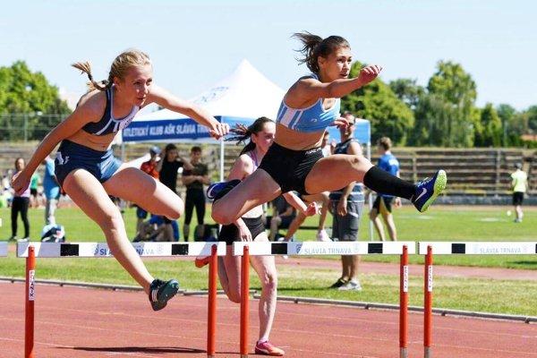 V behu na 100 m prek. zvíťazila Barbora Broďániová (ŠK ŠOG Nitra, vľavo), druhá skončila Marietta Miklová (AC Stavbár Nitra).