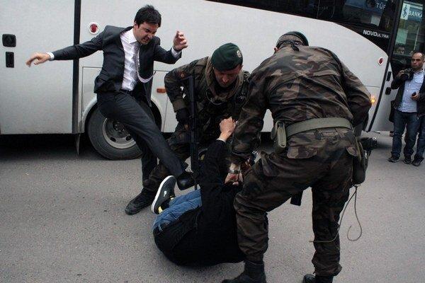 Na príbuzného zosnulého baníka zaútočil aj poradca tureckého premiéra.