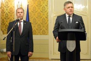 Predseda vlády Robert Fico (vpravo) a nový riaditeľ Oddelenia prevencie korupcie Úradu vlády Peter Kovařík.
