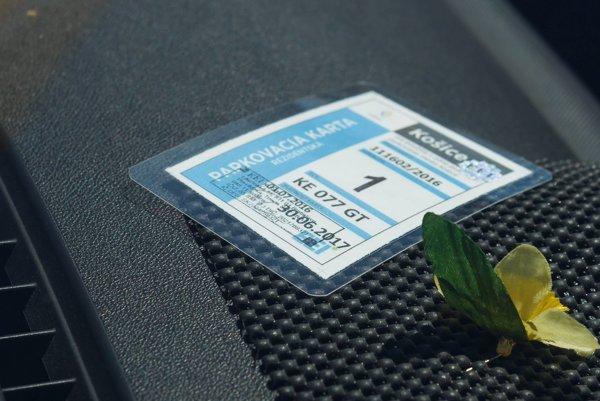 Parkovacie karty. Majú byť vyložené na viditeľnom mieste za predným čelným sklom auta.
