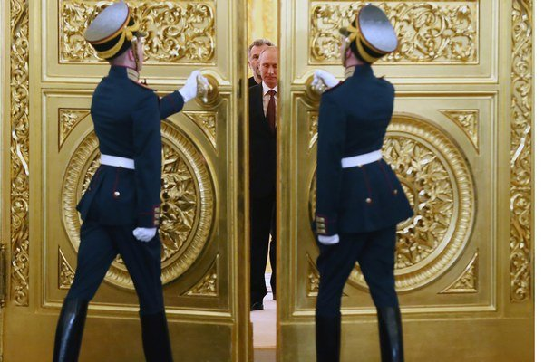 Putin vchádza do Georgijevskej sály Kremľa.