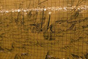 Originálnu výzdobu stien tvoria historické výjavy na keramických kachličkách.