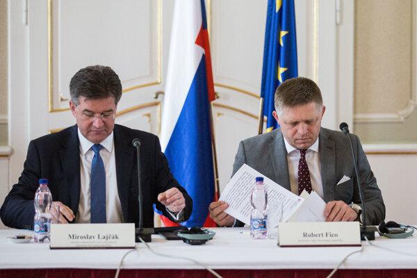 Predseda vlády SR Robert Fico a minister zahraničných vecí Miroslav Lajčák počas rokovania Rady solidarity a rozvoja.