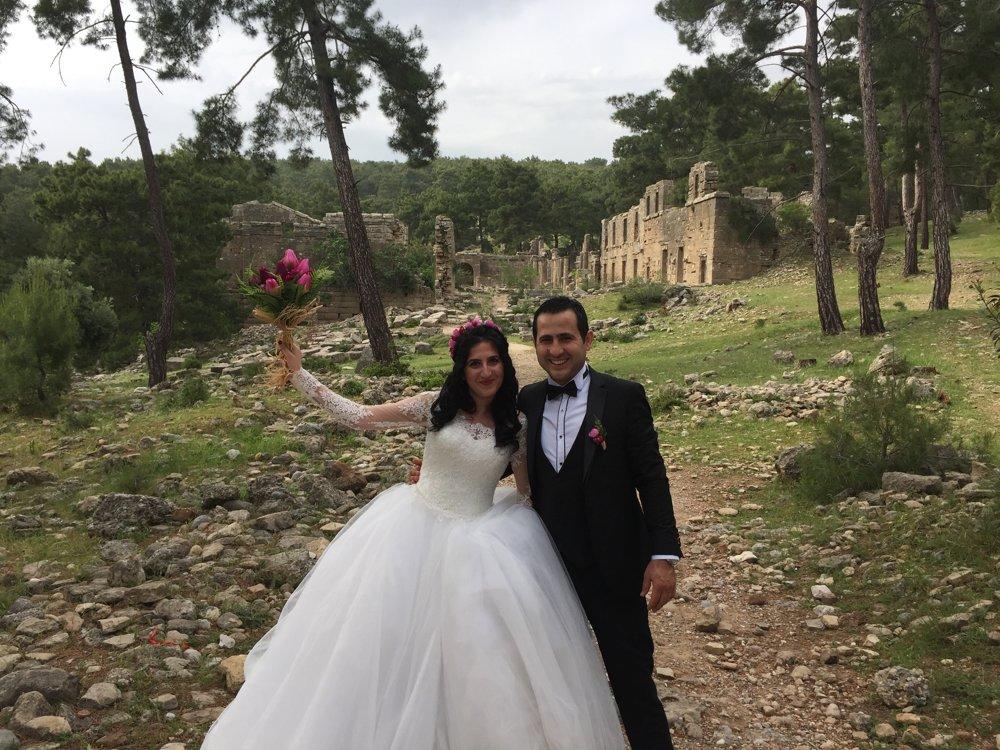 Mladomanželia pózujú pred ruinami mesta Lyrbe