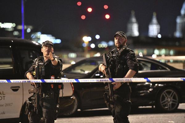 Polícia zasahuje pri London Bridge.