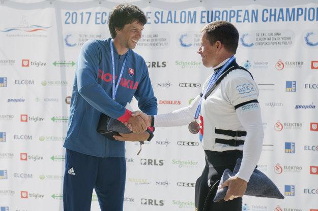 Na snímke slovenskí reprezentanti, vľavo zlatý Alexnader Slafkovský a bronzový Michal Martikán v kategórii C1 na majstrovstvách Európy slalomárov na divokej vode v slovinskom Tacene.