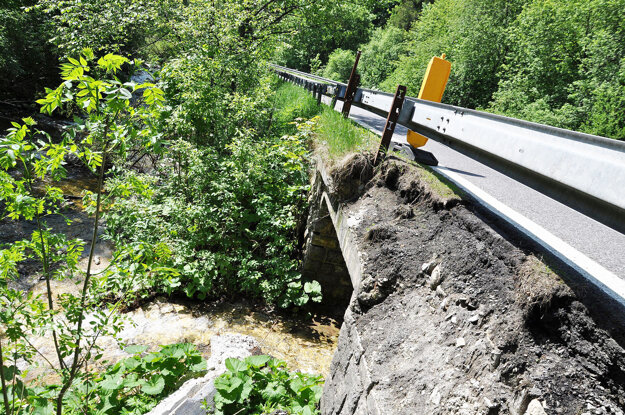 Priepust vody poškodili ťažké autá.