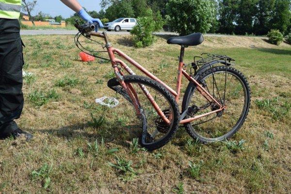 Vodička z miesta ušla, policajti ju našli asi dva kilometre za dedinou. Namerali jej 1,25 promile alkoholu. Priznala sa, že cyklistu zrazila, no priebeh nehody si nepamätala.