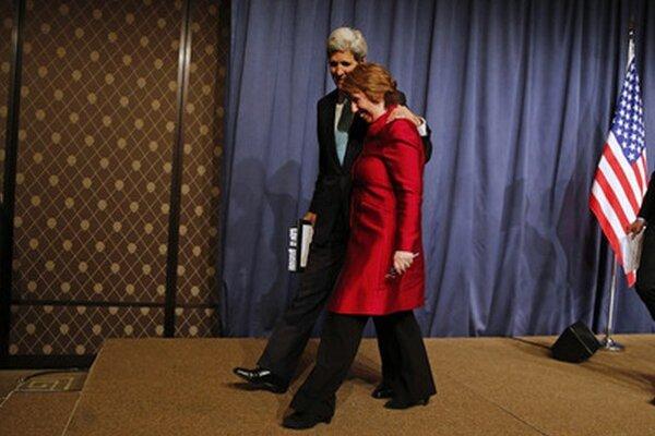 Ženevskú dohodu oficiálne oznámili John Kerry a Catherine Ashtonová. Niekoľko minút pred nimi jej detaily vyzradil Sergej Lavrov.