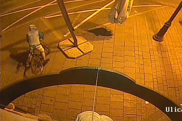 Zlodej práve odchádza. Mladíci najprv sledovali okolie, potom dostal bicykel nohy.