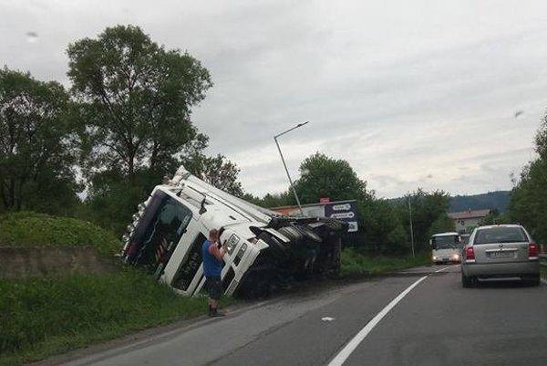 Na ceste I/11 momentálne odstraňujú nehodu. V priekope skončil kamión.