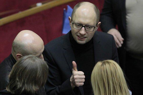 Arsenij Jaceňuk pri rozhovore s poslancami v parlamente.