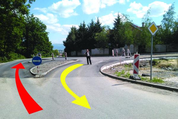 """Nová križovatka. Kamionista si nechcel komplikovať život, tak si to s vozom namieril rovno (červená šípka) napriek prikázanému smeru jazdy do """"šikany"""". Niektoré osobné autá zas z opačnej strany nejdú rovno, ale komplikovane do protismeru (žltá šípka)."""