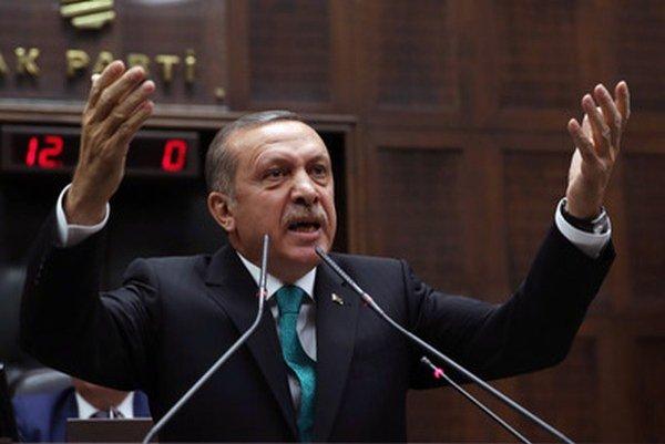 Turecký premiér Recep Tayyip Erdogan odmietol pravosť nahrávky, podľa ktorej radí svojmu synovi, ako sa má zbaviť veľkých súm peňazí.