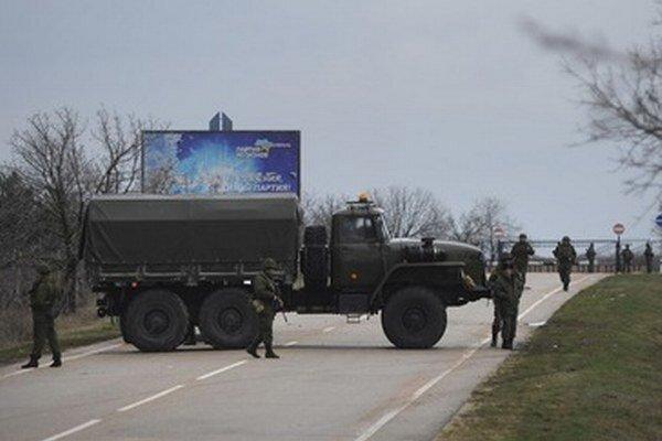 Vojaci blokujú vojenské letisko v Sevastopoli.