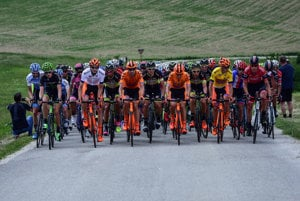 Pelotón cyklistických pretekov Okolo Slovenska počas prejazdu vrchárskou prémiou U Štefku v 3. etape.