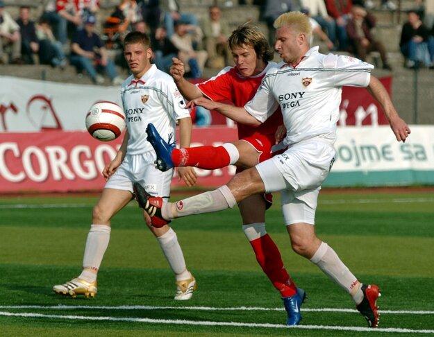Prvý majstrák v lige odohral v roku 2006.
