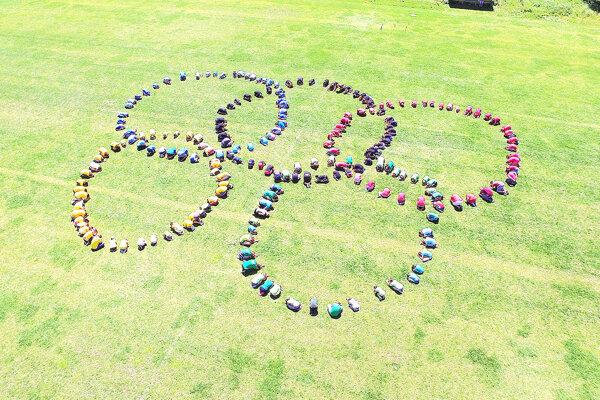 Podujatie vyvrcholilo vytvorením symbolu olympijských hier. Poskladalo ho 250 školákov zvlastných tiel.
