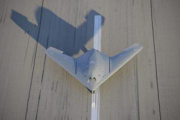 Bezpilotné bojové lietadlo.