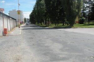 Pod opotrebovaným asfaltom je pôvodná žulová dlažba.