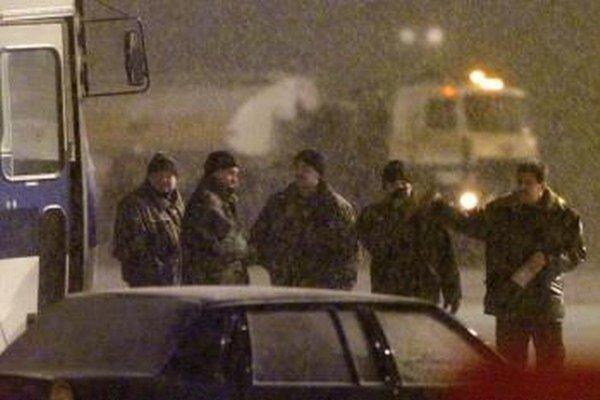 Policajti hliadkujú na moskovskom letisku Šeremetievo.