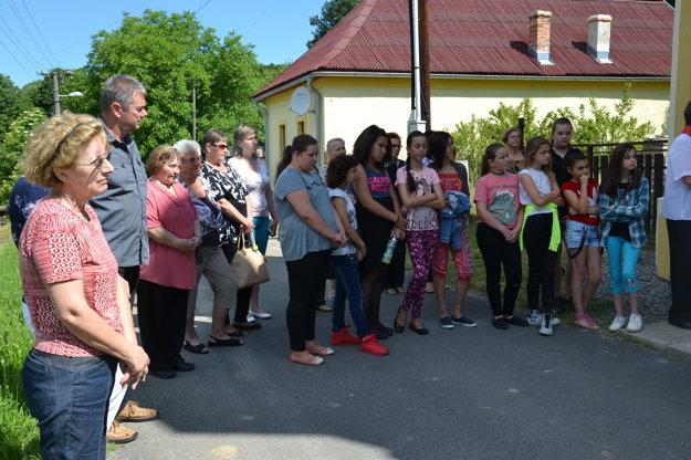 Na odhalení v Haliči sa zúčastnili aj školáci.
