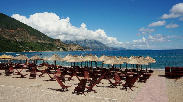 Hlavné turistické pláže Čiernej Hory poskytujú kvalitné služby.