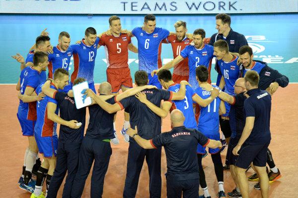 Volejbalisti Slovenska oslavujú po víťazstve nad Portugalskom v Svetovej lige mužov, dňa 4. júna 2017 v Poprade.